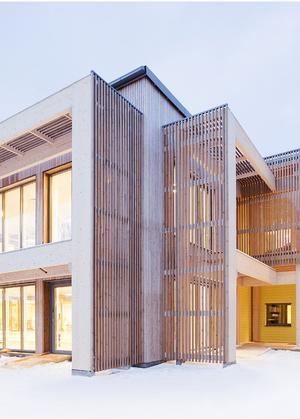 Här är ett exempel från Knivsta på förskola eller kombinerad förskola/äldreboende med stora fönster mot gatan för ett levande gaturum. Kommunen tänker att det skulle kunna ligga i korsningen Saltskogsvägen och Genetaleden. Skiss: Södertälje kommun/Arkitema architects