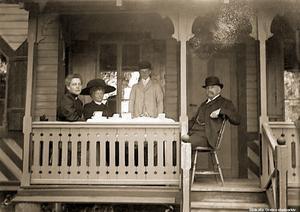 1910-tal. Kaffe på jaktstuguverandan i Brevensskogarna med Ottonie, Ebba, Alfred och Carl G. Gripenstedt. Bildkälla: Örebro stadsarkiv/fotograf okänd.