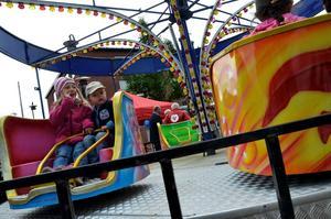 Linde vårdagar. Filippa och Felix Lehman på karusellen i Flugparken.