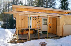 Under åtta månader bodde AnnKatrin och Anders i Attefallshuset på tomten, till det att nya hemmet stod klart.