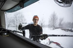 Christoffer stannar och klättrar upp på lastbilen och knackar bort all is som bildas av all snörök från plogbilen framför.