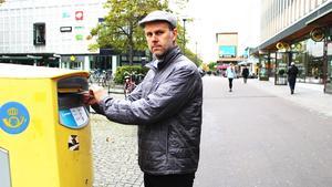 Vanan inne. Konstnären Anders Granberg har under snart 20 års tid kontaktat människor världen runt och bett dem skicka vykort åt honom. Nu ställs korrespondensen ut på Postmuseum i Stockholm.