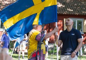 Karl Beijbom lämnar över den svenska fanan till Köping Stars som håller sig kvar i högsta ligan. Här tar tränaren Panagiotis Nikolaidis, mer känd som Jotti emot fanan.