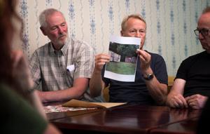 Olov Söderkvist och Stig Forsberg från Horndals IF visar upp de gamla barackerna som de vill byta ut med hjälp av bygdepengen.