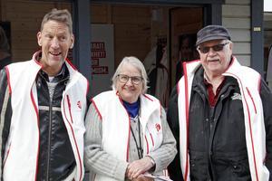 Tre personer på plats vid socialdemokraternas valstuga, Inger Stornils, Per Pochat och Sten Helleng. De propagerar bland annat för bättre regler på arbetsmarknaden.