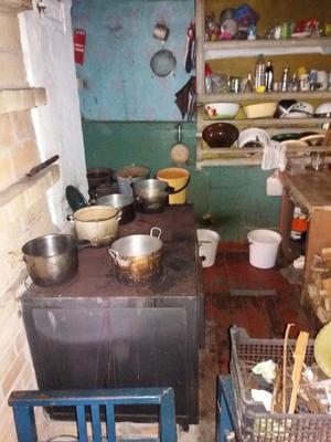 Köket i datjan som besöktes. Husstandarden är långt under svensk normalstandard för fritidsfastigheter