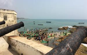 Nedanför Cape Coast Caste trängs fiskebåtarna på stranden.