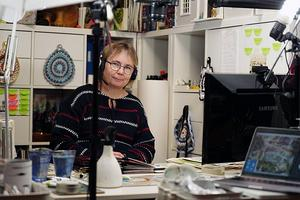 Anneli Jöesaar är cirkelledare för en nybörjarcirkel i akvarellmålning.