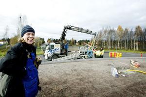 monteras. Konstnären Åsa Herrgård, född och uppvuxen i Sandviken, följde monteringen av stålträden i den nya rondellen.Foto: Catharina Hugosson