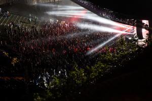 Publikhavet dansar framför scenen i Dalhalla.
