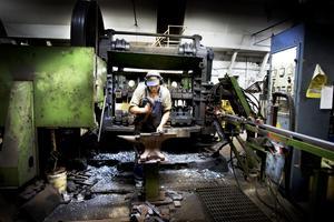 VAN. Jan-Olof Prim har arbetat på yxsmedjan sedan 1968 och smider med van hand yxeggarna i smedjan.