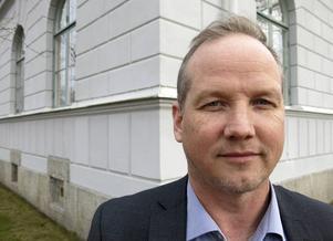"""I tre år har Magnus Ernström arbetat med sin bok. """"Man måste ha en förstående familj"""", säger han. Det har blivit mycket kvälls- och nattarbete."""