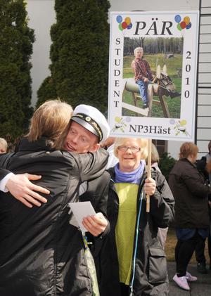 Pär Johansson från Söderala gratuleras av sina nära och kära.