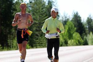De suveräna ledarna i tävlingen, Rainer Koch och Hiroko Okiyama på väg mot etappmålet i Sveg.
