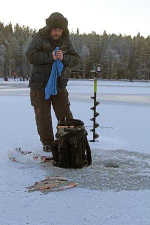 Mikael Sundell från Kramfors  hade en bra fiskdag på Värptjärn söder  om Härnösand. Foto: Jan-Arne Bäckström