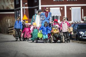 18 förskolebarn tillsammans med tre av förskolans fröknar gick runt gårdarna i Storhaga och önskade glad påsk.