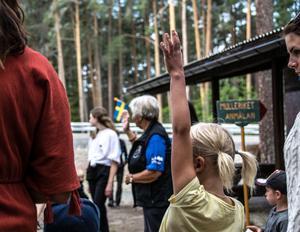 Innan vandringen får man räcka upp handen om man varit i Mulleriket förr.