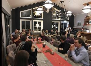 Under helgerna ordnar Berne och Annica underhållning i restaurangen. Här är det trubaduren Christoffer Hurtig från Laxsjö som underhåller.
