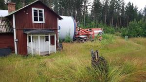 Enligt ett vittne landade lasten bara decimeter från fritidshuset. Bild: Leif Holst