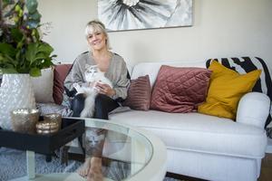 När Sandra Andersson inreder försöker hon få fram en lyxig och ombonad känsla. I knäet sitter katten Ophelia – en ettårig ragdoll med karaktär.