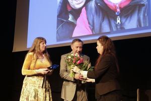 Årets eldsjäl Kattis Holm-Åström med make Inge, driver ridhus i Vedmora, Enånger och priset överlämnades av distriktskonsulent Johanna Bidner.