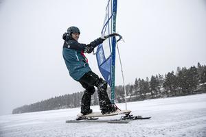 Östersundaren Martin Bock har med små medel konstruerat en vindsurfingutrustning för is.