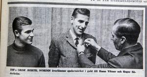 ÖA 23 november 1968. DIF:s ordförande Bertil Nordin överlämnar spelarmärket i guld till Hasse Vikner och Roger Söderholm.