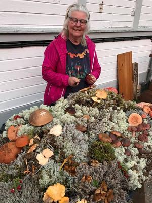 Carin Sjelin har mångårig erfarenhet som svampkonsulent och visar och pratar svamp.