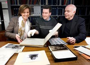 2011 skänkte ABB en skatt till länsmuseet när det tog över företagets fotoskatt med mängder av bilder från Asea-tiden. Här ser vi Carl-Magnus Gagge tillsammans med Suzanne Lagerholm, ABB:s informationsdirektör och Ivan Klaesson, arkivarie på länsmuseet.