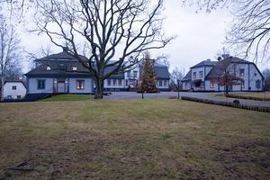 I januari kommer 16 personer att guidas runt på herrgården och få inta en trerätters middag. Priset blev en bit under 1 000 kronor per person.