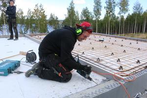 Linus Nilsson från Lund i Brunflo, går bygglinjen på Fyrvalla. Han praktiserar just nu och bygger husgrunder på Frösön.