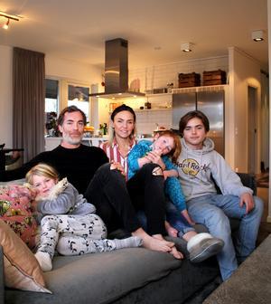 Belle, Martin, Emmy, Bastian och Ralf trivs i huset.