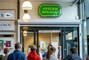 Systembolagets butiker ligger ofta i en affärsgalleria, som här i Strömstad. Faluns nuvarande butik ligger också i en galleria.