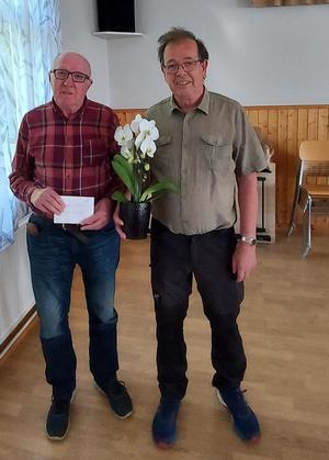 Tord Blom, 82 gratuleras av Lennart Hedman, Ljusne-Ala Orienteringsklubb.