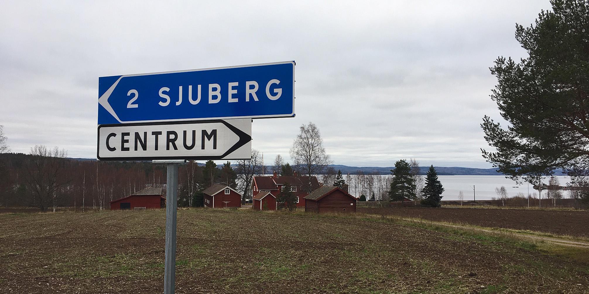 Vägmärkena vid avfarten in mot Vikarbyn respektive Sjurberg från R70 norrut.