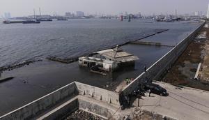 Koldioxidhalten måste ned, med början nu. För det är nu som den indonesiska tiomiljonerstaden Jakarta håller på att sjunka ner i havet, skriver Mats Wilzén.  Foto: Tri Iswanto, TT.