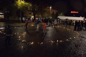 Massor av ljus formade till ett hjärta under ljusmanifestationen.