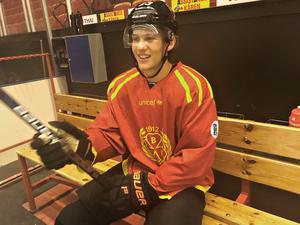 Oskar Lindblom pustar ut efter en träning i Gavlerinken tillsammans med övriga NHL-spelare med Brynäsförflutet.