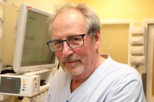 Pensionerade intensivvårdssjuksköterskan Arne Johansson går in och jobbar på intensiven två dagar i veckan.
