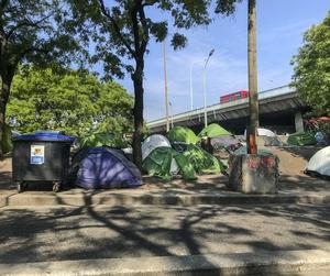 I tältlägren vid Porte de la Chapelle bor flyktingar och hemlösa från hela världen.