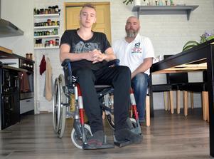 Alexander Kronholm  använde rullstolen i flera veckor efter olyckan. Sedan tog han hjälp av kryckor under en längre tid. Pappa Dan Wiberg assisterade.
