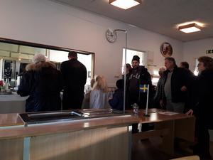 En del av besökarna är  på väg att få sitt fika: Tala om gofika!