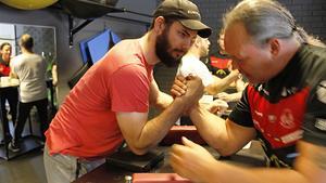 Brynäs Armwrestling kom till Bollnäs nystartade armbrytningsklubb i lördags – Bollnäsbon Erik Hansson fick coachning från världsmästaren Magnus Lundgren.