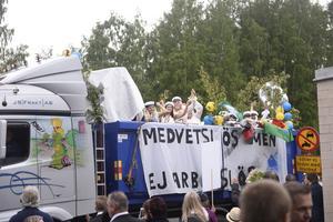 Efter utspringet hoppade studenterna upp på sina flak för att fortsätta firandet.