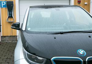 Att ladda bilen kräver större strömstyrka, därför finns det vissa säkerhetsrisker med att ladda bilen i vanligt eluttag. Med en särskild laddbox minskas risken.
