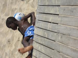 Cool bild på fotbollskille på stranden i Santa Maria Sal Kap Verde.