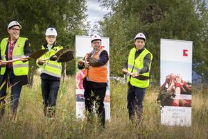 Första spadtaget till det nya bostadsområdet Dallas i Söderhamn gjordes av Urban Wigren, styrelseordförande för Faxeholmen, Jan-Henrik Larspers, projektchef på Skanska, Sven-Erik Lindestam (S), kommunalråd och Petri Berg, vd för Faxeholmen.