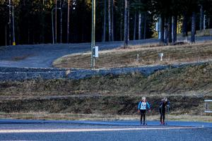 Träning på skidstadion: än ligger ingen snö men i början av november börjar den sparade snöhögen att placeras ut, både för allmänheten och inför skidskyttevärldscupen.