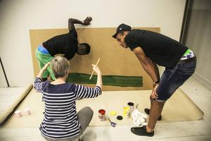 Här är det Taylor Morgan till höger och Thomas Boakye (som målar) som lägger upp taktiken tillsammans med en av ledarna.