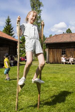 Alice Virsand har det tufft att hålla balansen på styltorna.
